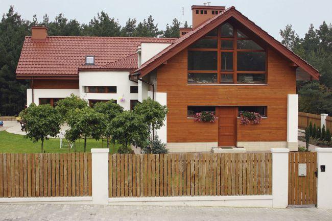 Dom z oknami od ulicy