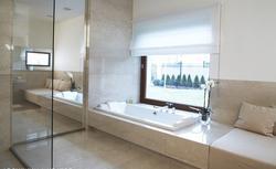 Łazienka w drewnie, w kamieniu... poznaj materiały wykończeniowe o dużej odporności
