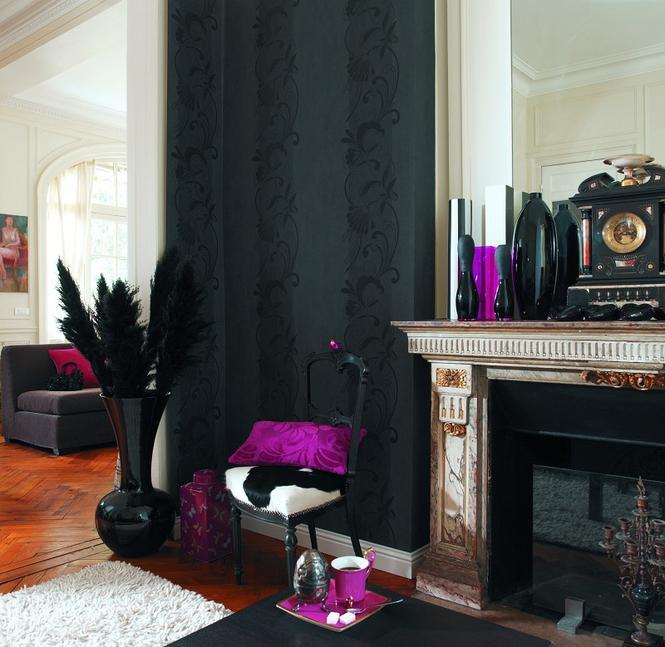 Czarna tapeta w salonie