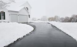 Polacy a odśnieżanie domu: problemy z oblodzonym podjazdem do garażu, zaśnieżonym chodnikiem... Poznaj wyniki raportu