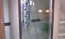 Prysznic w łazience na poddaszu - jak i gdzie go umieścić? Pomysły z życia wzięte
