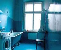 Ciemna łazienka przed remontem