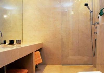 Montaż prysznica bez brodzika. Odpływ w podłodze lub ścianie