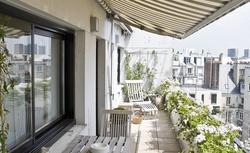 Pomysł na aranżację małego balkonu w bloku. Zobacz, jak ciekawie i niedrogo urządzić wąski balkon [WIDEO]