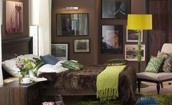 Czy do sypialni pasuje aż tyle obrazów? Oceń aranżację wnętrza