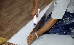 Montaż paneli podłogowych: klej, zatrzask czy gumki uszczelniające?