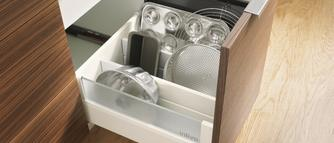 Pomysł na kuchnię: jak zagospodarować przestrzeń nad i pod piekarnikiem?
