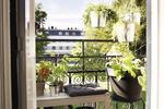 Jak urządzić mały balkon? W czym posadzić kwiaty i rośliny na balkonie? [WIDEO]