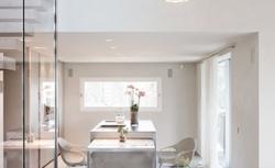 Trzy składniki nowoczesnego domu - kamień, szkło i cegła dekoracyjna