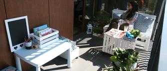 Pomysłowa aranżacja balkonu. Drewniane meble z palet i ze skrzynek
