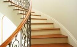 Porównujemy schody drewniane i żelbetowe. Które schody są cichsze, tańsze, bezpieczniejsze?