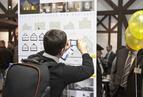 <p>Zwiedzający szczegółowo analizowali rozwiązania proponowane przez architektów.</p>